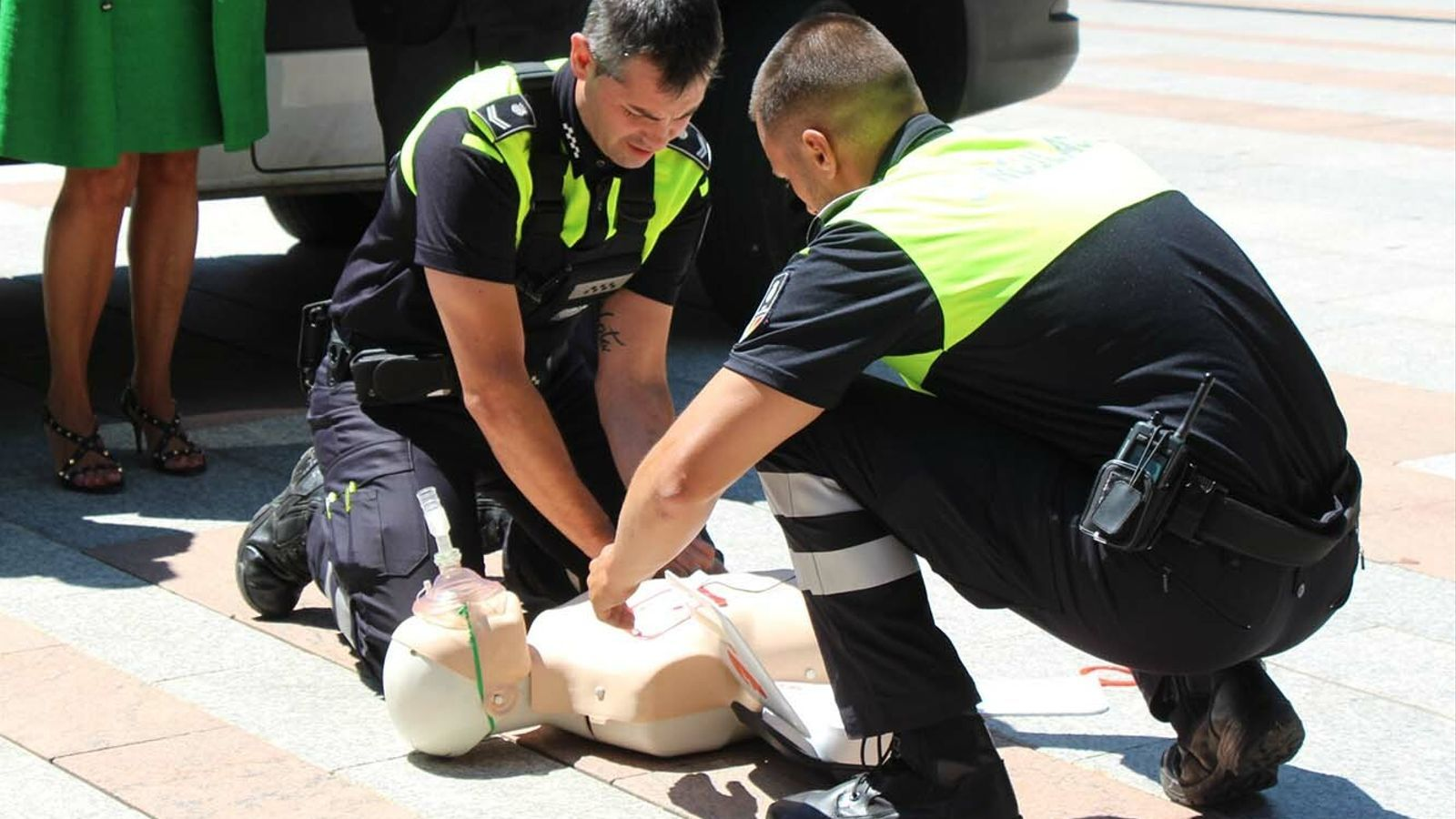 Els agents de circulació d'Andorra la Vella fent una demostració de com funciona l'aparell. / M. F. (ANA)