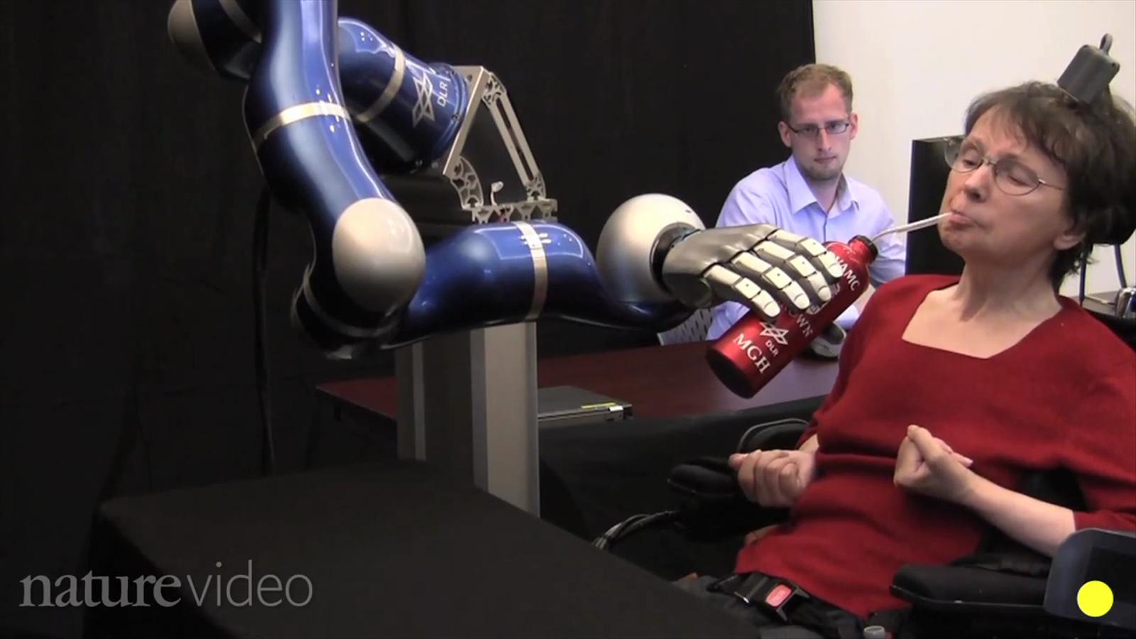 Dos paralítics aconsegueixen controlar un braç robòtic amb la ment