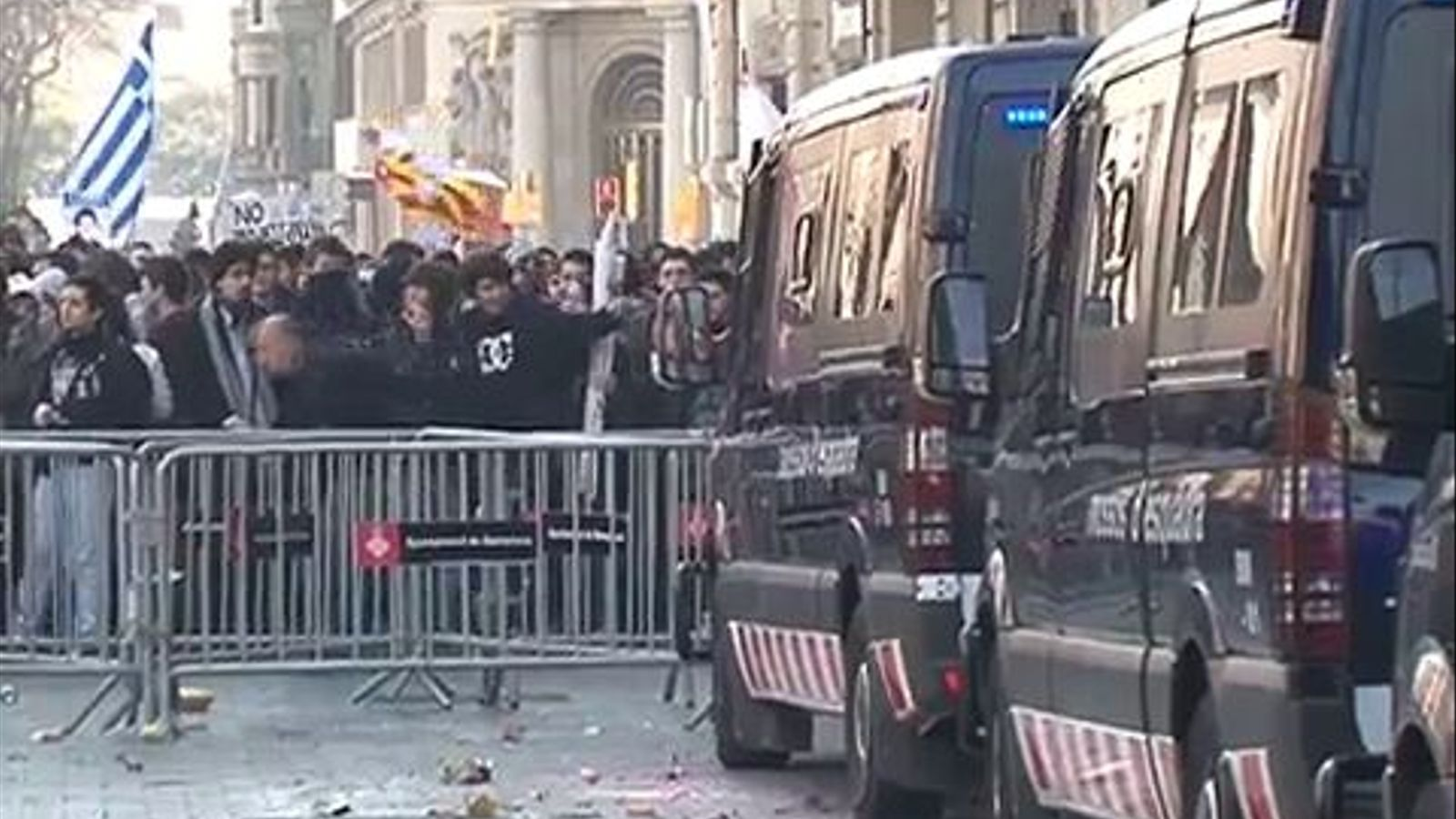 Un grup de manifestants trenquen vidres al Banco Popular durant les protestes universitàries a Barcelona