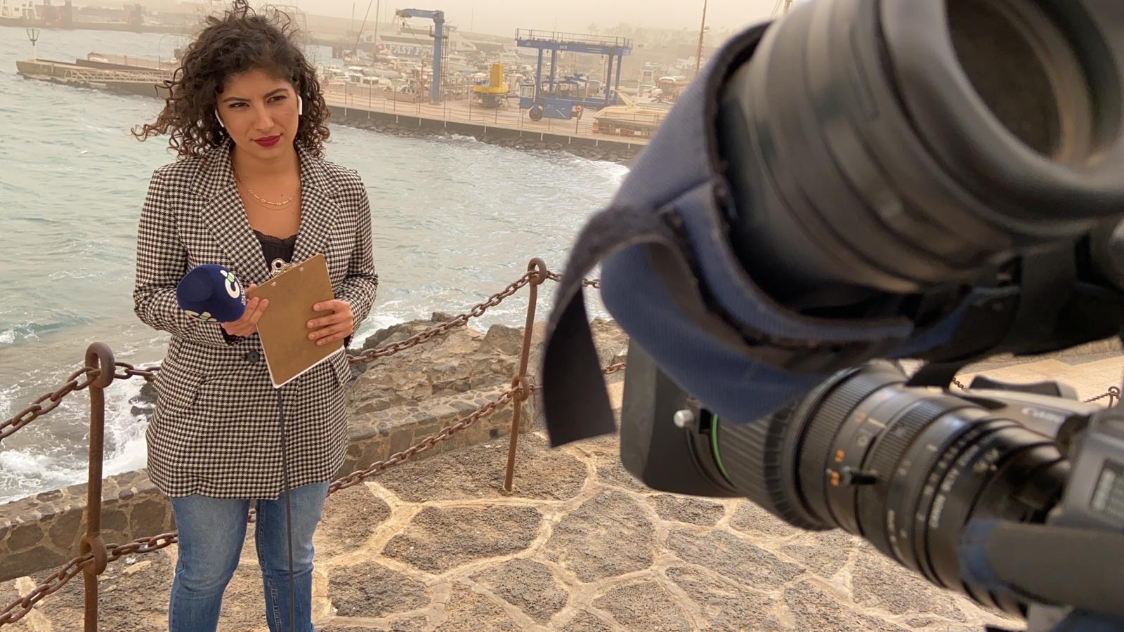 Raquel Guillán, reportera de Televisión Canaria, durant una connexió