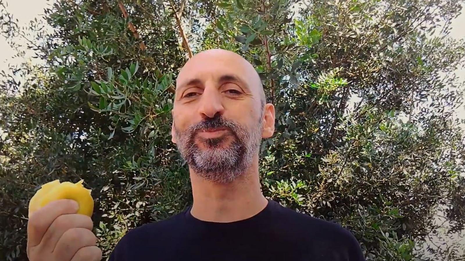 Imatge del vídeo amb la lectura dramatitzada de Toni Gomila