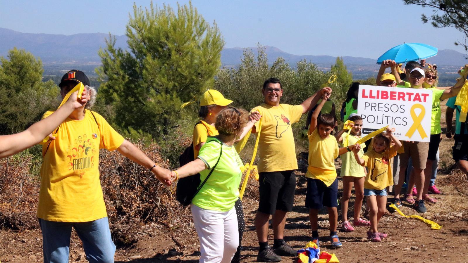 Alguns dels participants de l'encerclada aquest diumenge a Puig de les Basses.