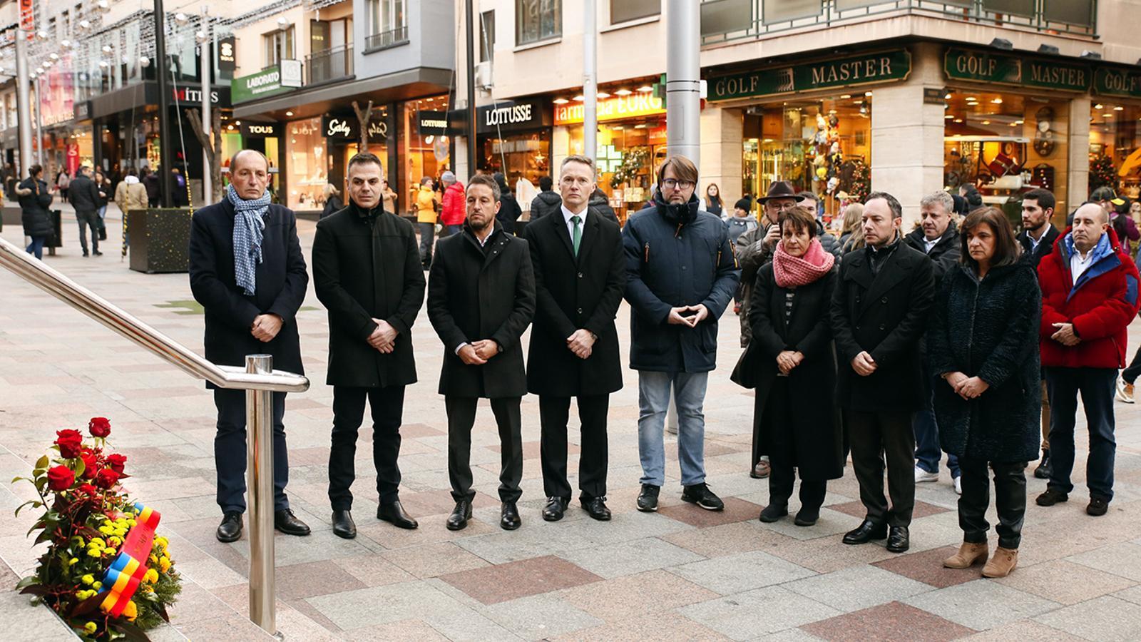 Les autoritats en l'ofrena floral a les víctimes de l'accident del Monsa. / SFG
