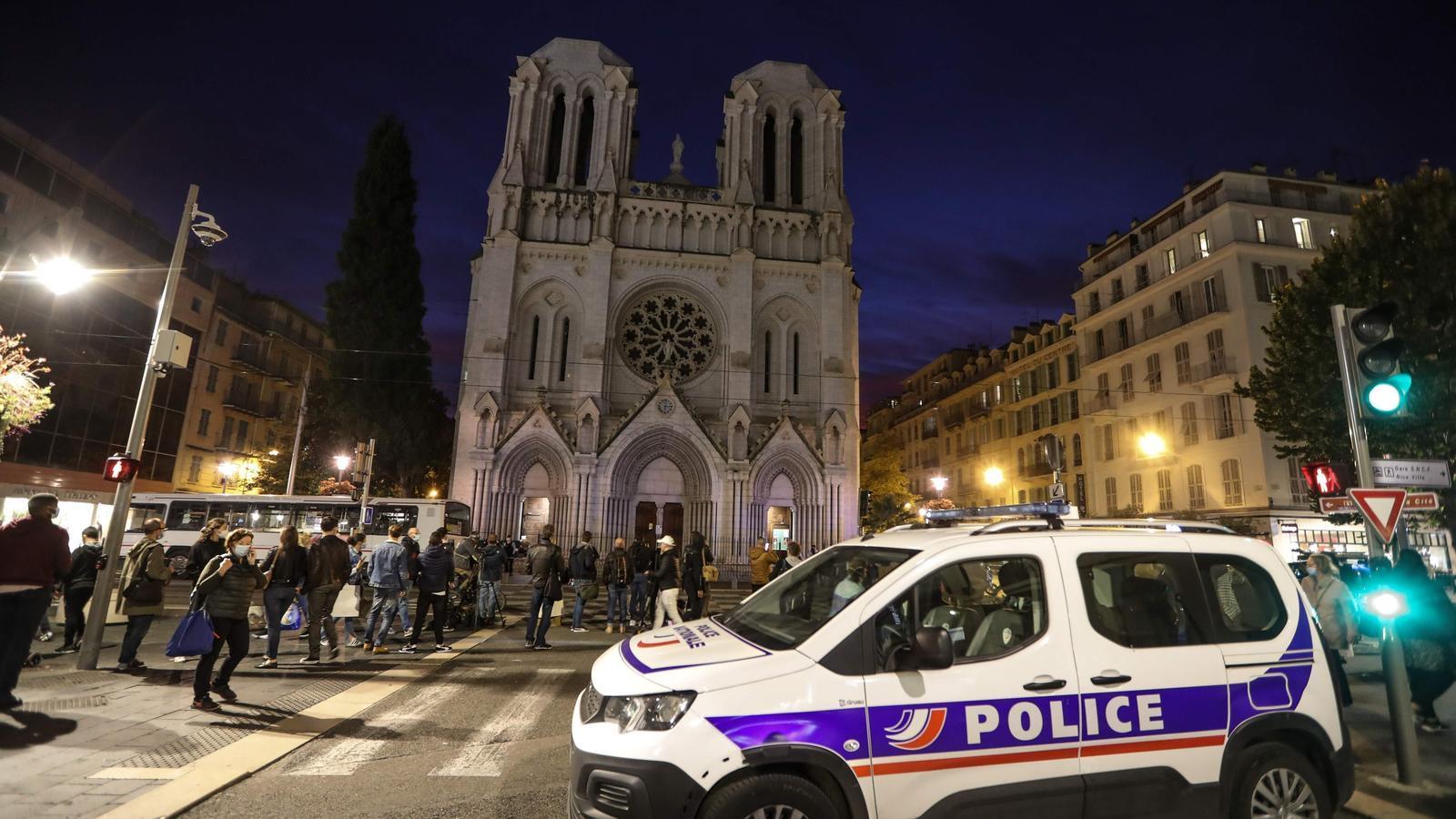 Un cotxe de policia aparcat davant la basílica de Notre-Dame de l'Assumpció de Niça, aquest dijous al vespre
