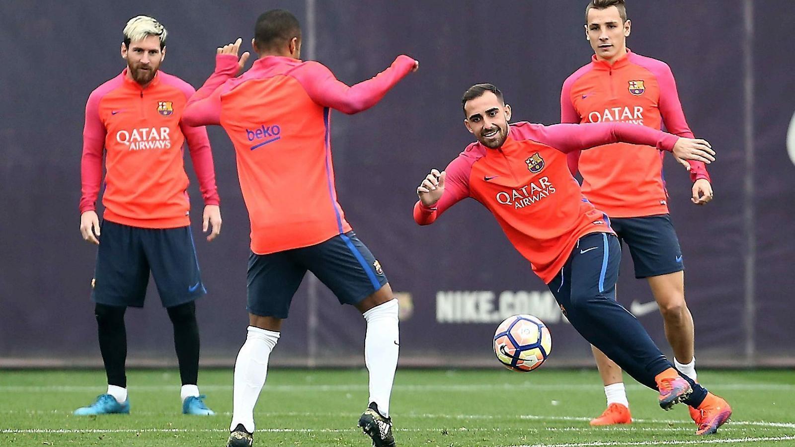 Alcácer lluitant una pilota  en un rondo  sota la mirada  de Messi, Digne i Rafinha, que serà baixa a Mestalla.