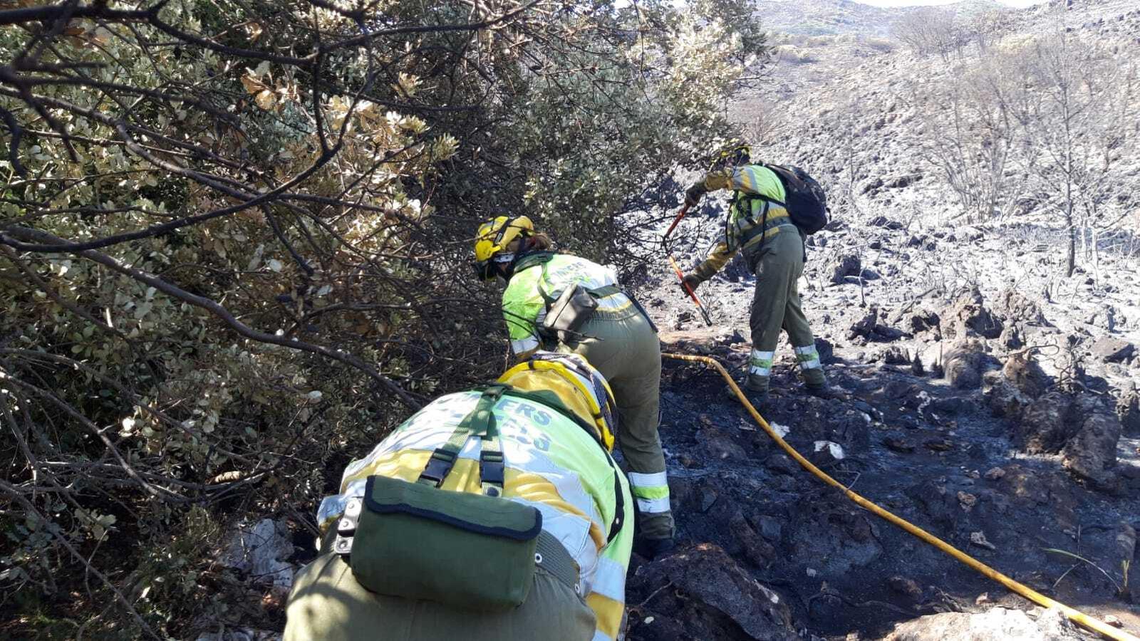 Diversos bombers treballen per extingir l'incendi declarat a la Vall de la Gallinera