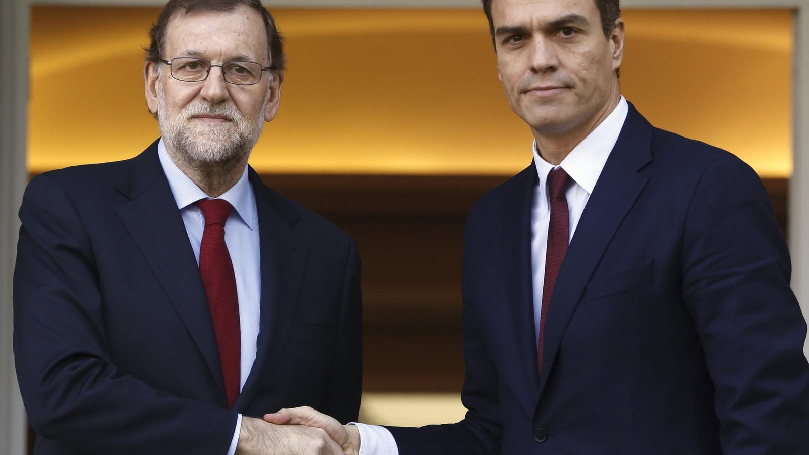 El president del govern espanyol en funcions, Mariano Rajoy, i el líder del PSOE, Pedro Sánchez, es reuneixen aquest dimecres a la Moncloa / EFE
