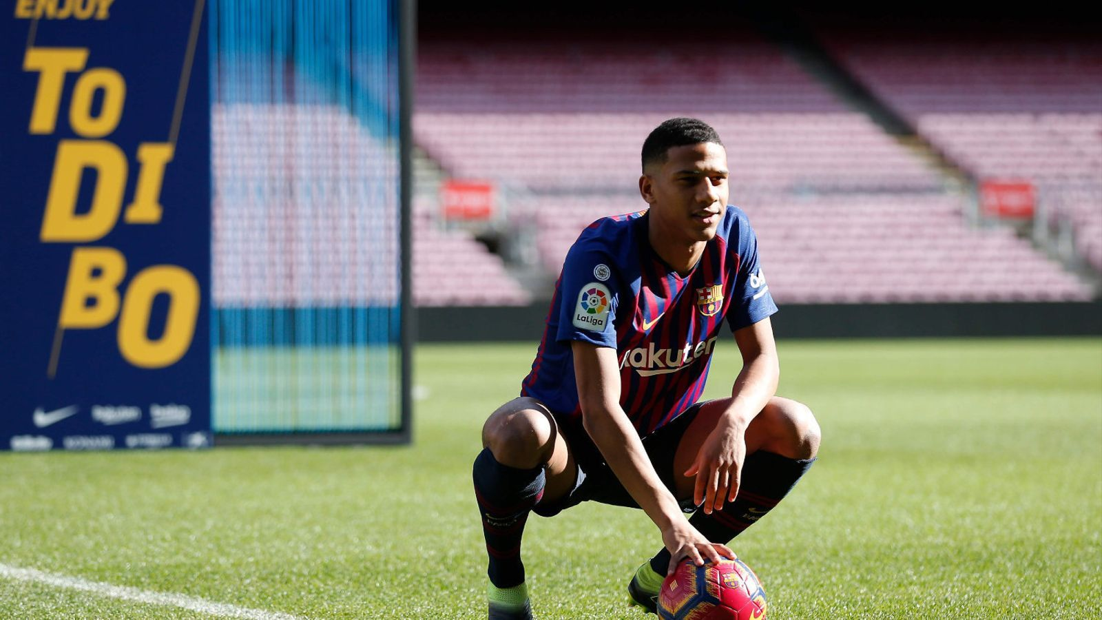 El central francès, de 19 anys, va ser presentat ahir com a nou jugador del Barça. Abidal diu que és una aposta de futur.
