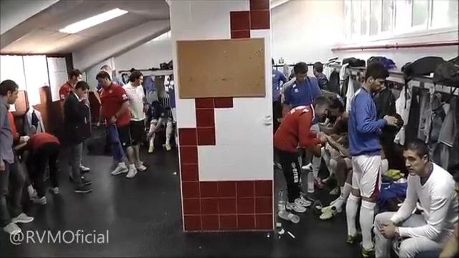 El tècnic del Rayo va fer la xerrada tècnica abans del darrer partit amb els familiars dels jugadors al vestidor
