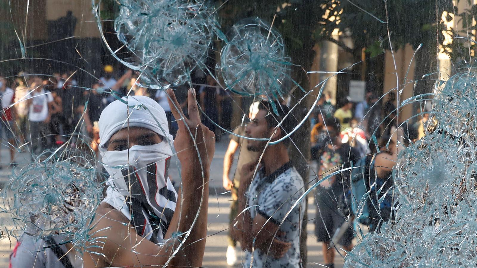 Un manifestant gesticula a través d'un vidre durant una protesta a Beirut