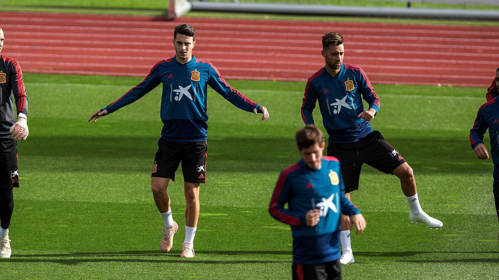 El central de l'Espanyol i exjugador del planter del Reial Madrid Mario Hermoso exercitant-se amb la selecció espanyola.