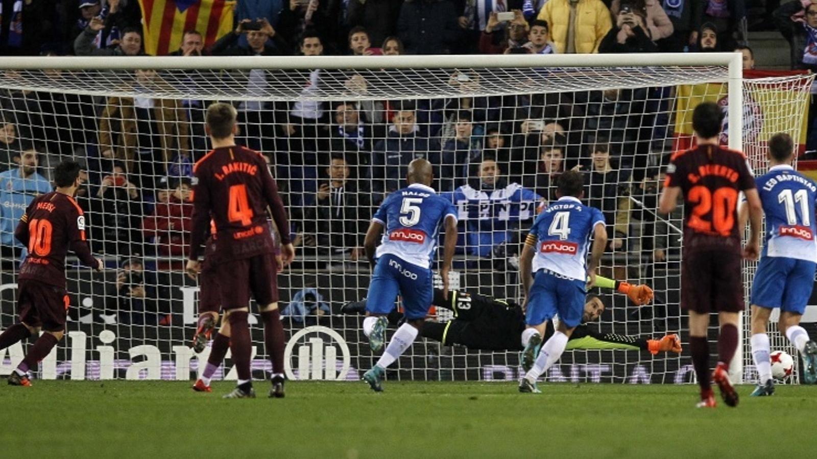 Diego López atura el penal a Messi en el mateix gol on s'ubica l'afició visitant, ahir deserta