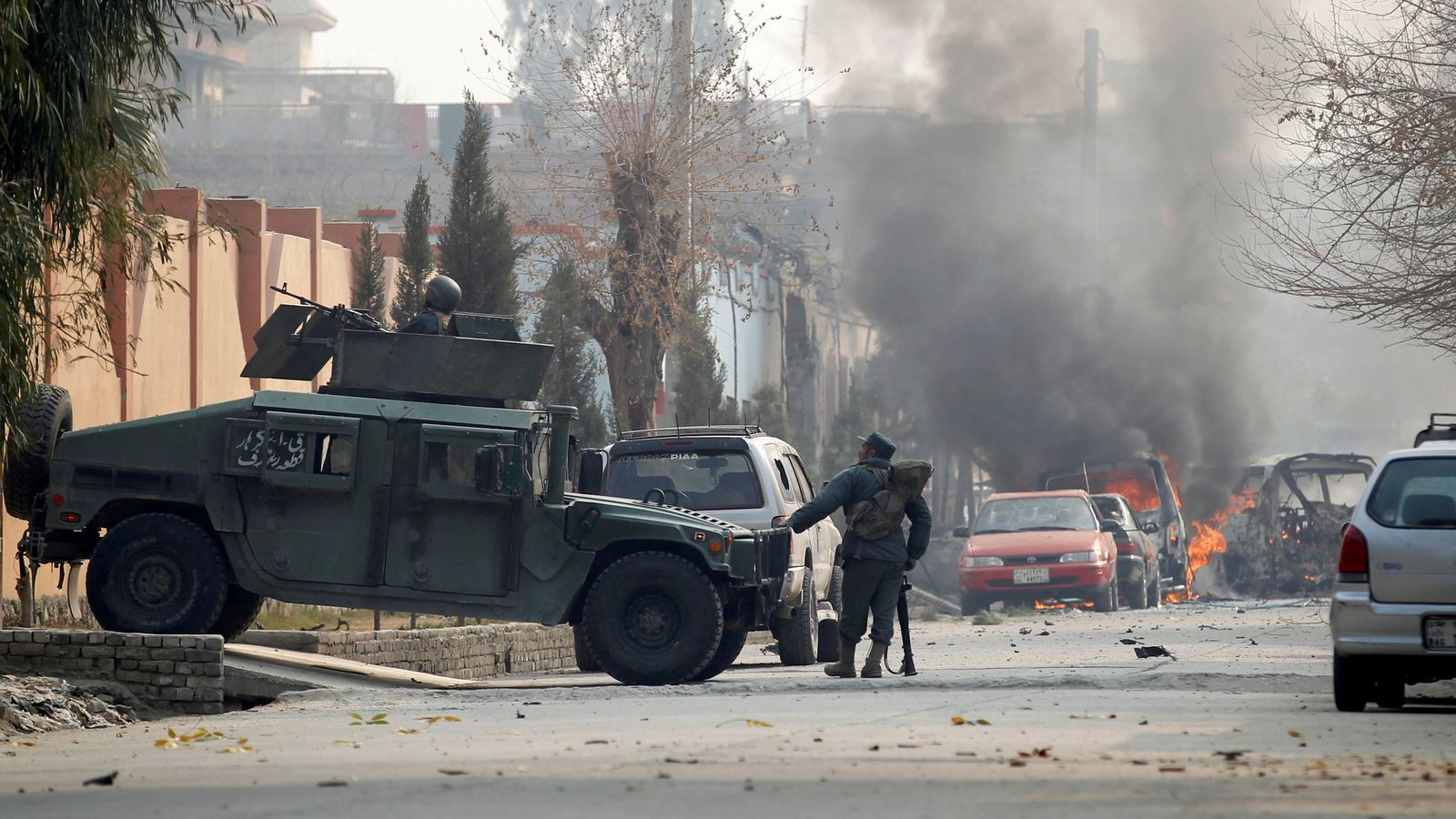 Militars desplegats prop del lloc de l'explosió.