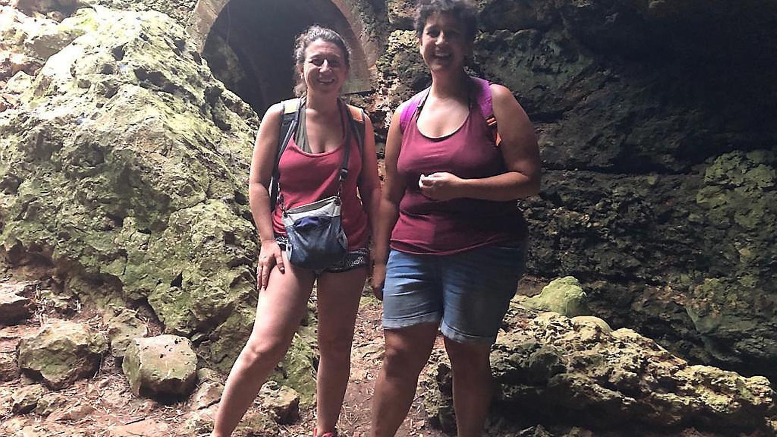 Joana Gomila (a la dreta) amb la seva amiga Xisca Matamales durant una excursió recent a la Cova des Pont.
