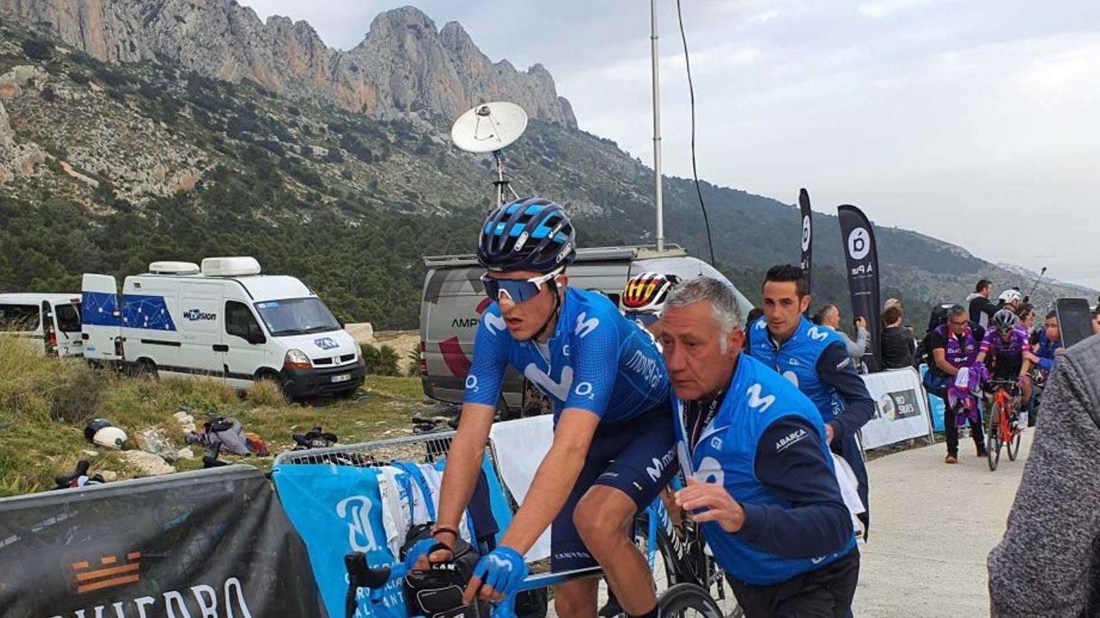 Pep Toni Escandell, assistint a Marc Soler en una arribada de la Volta a la Comunitat Valenciana 2020. / MOVISTAR TEAM