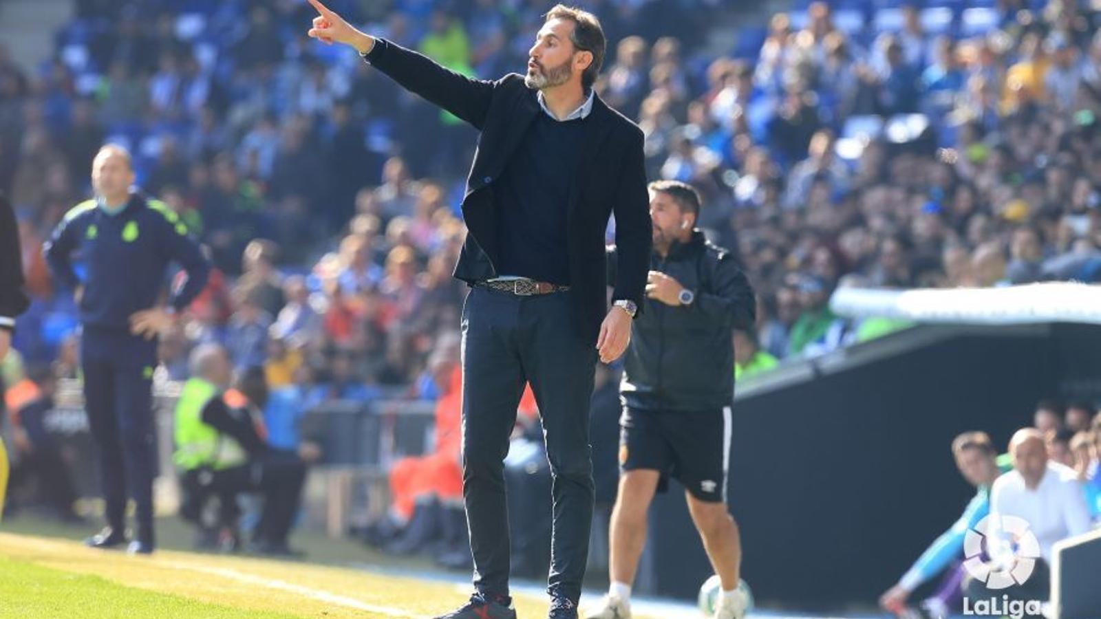 Vicente Moreno, dirigint el Mallorca a l'RCDE Stadium