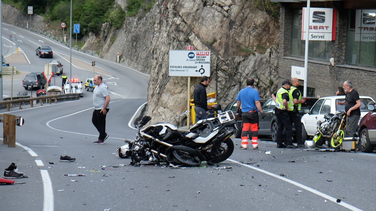 Estat en què han quedat les dues motos després del xoc. / M. T. (ANA)