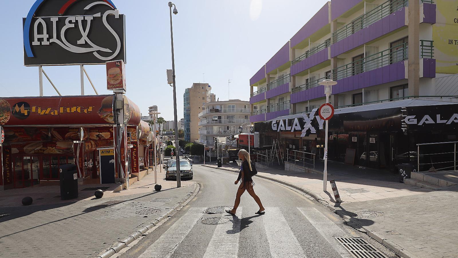 Una dona caminant divendres per Punta Balena.