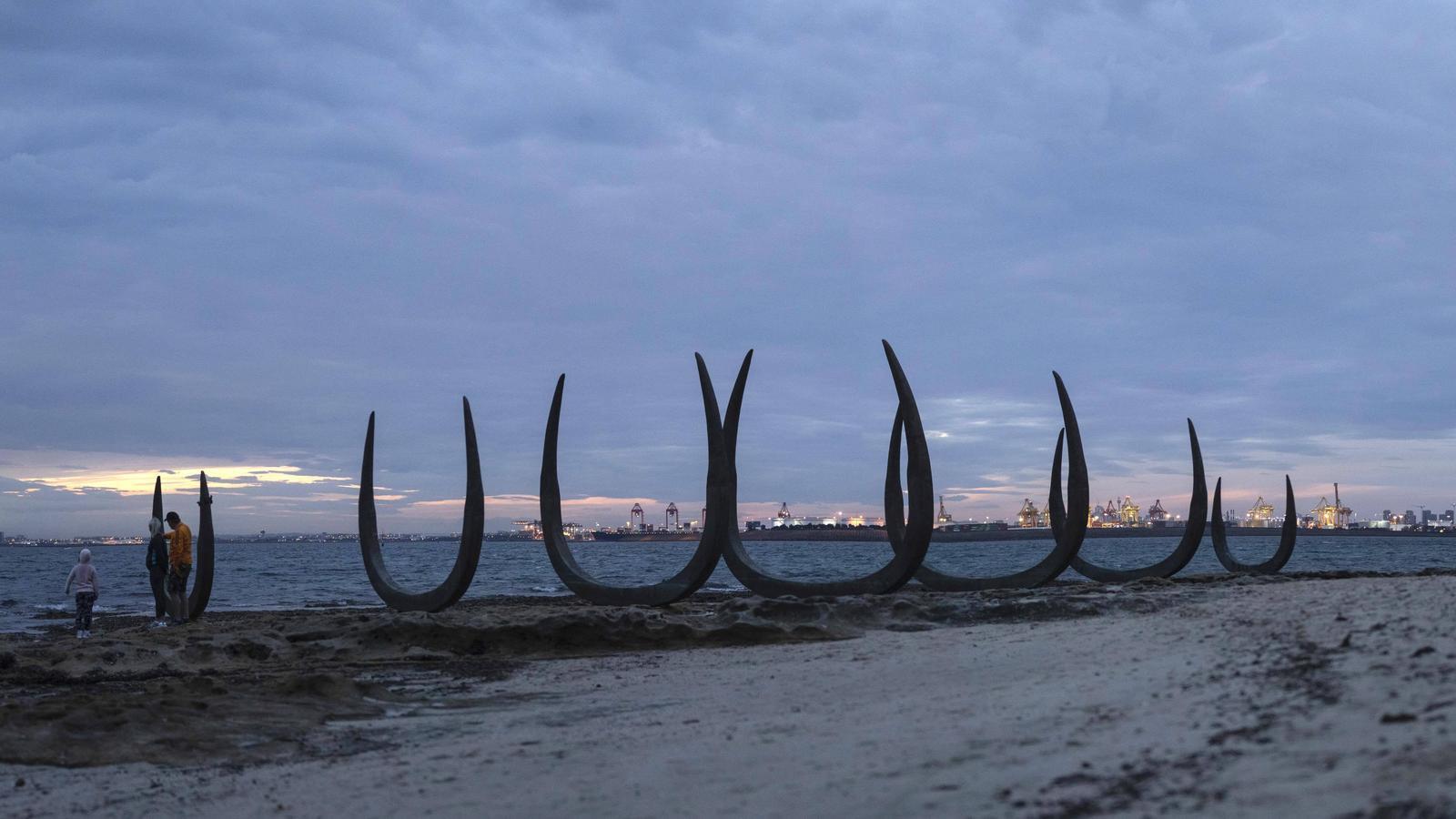 Monument en forma de buc de vaixell situat al lloc on James Cook va fer la primera aturada quan va arribar a la platja, prop de Sydney,  que va anomenar Botany Bay