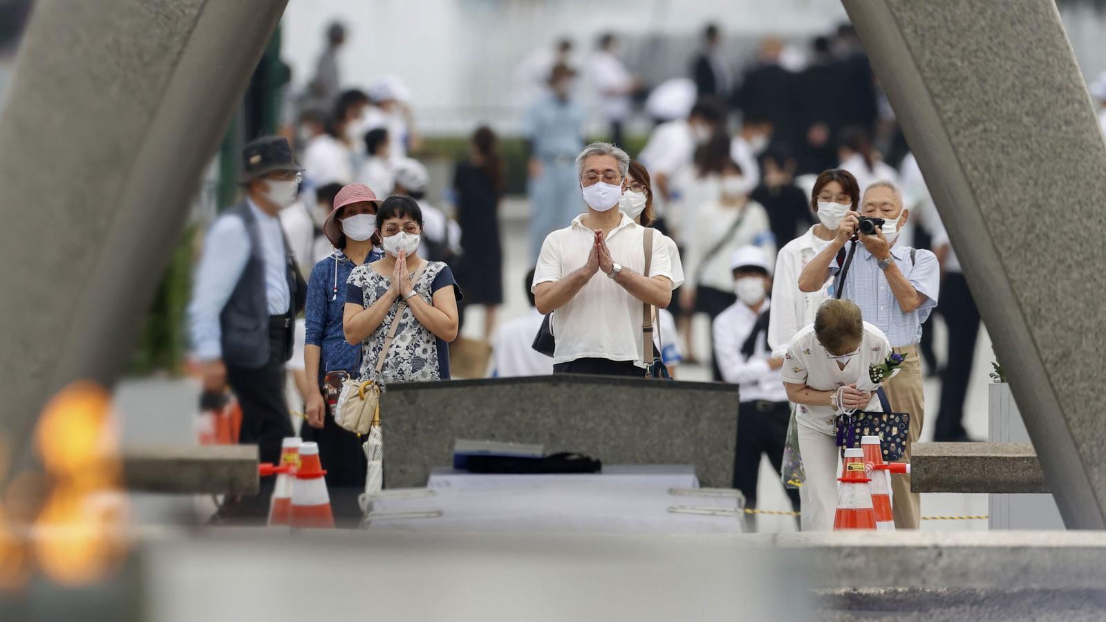 Un dels moments de la cerimònia: assistents preguen per les víctimes de la bomba d'Hiroshima.