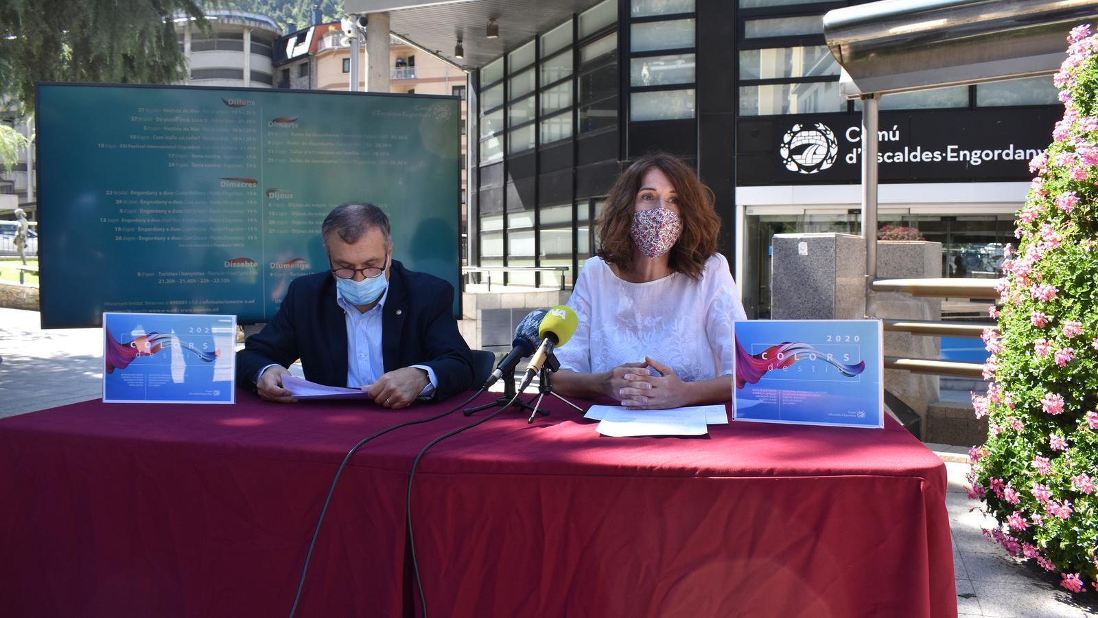 El conseller de Vida Cultural i Aparcaments, Valentí Closa, i la cap del departament de Cultura, Anna Garcia, en la presentació del programa d'activitats i actes culturals Colors d'Estiu 2020