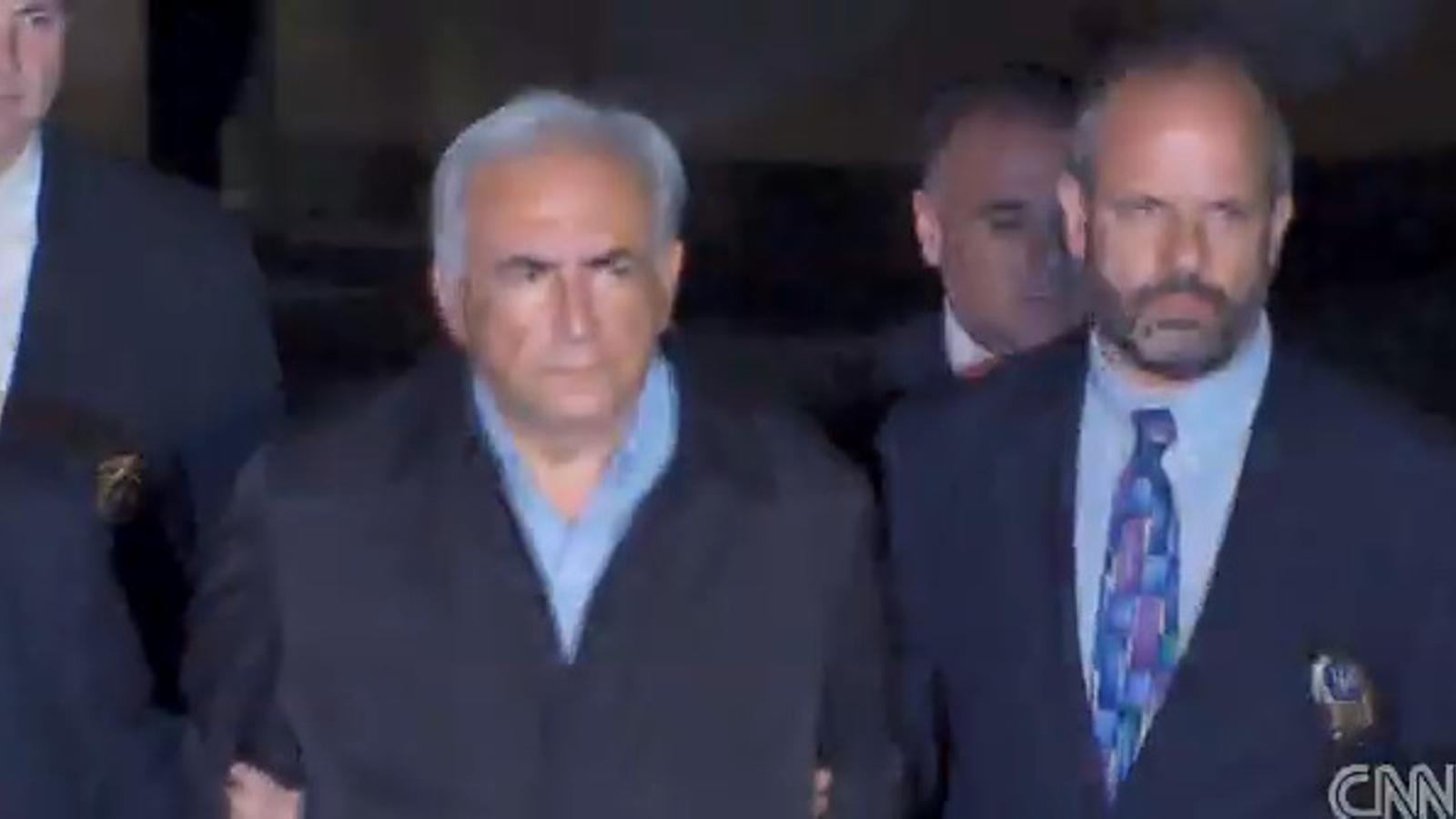 Dominique Strauss-Kahn sortint emmanillat de la comissaria