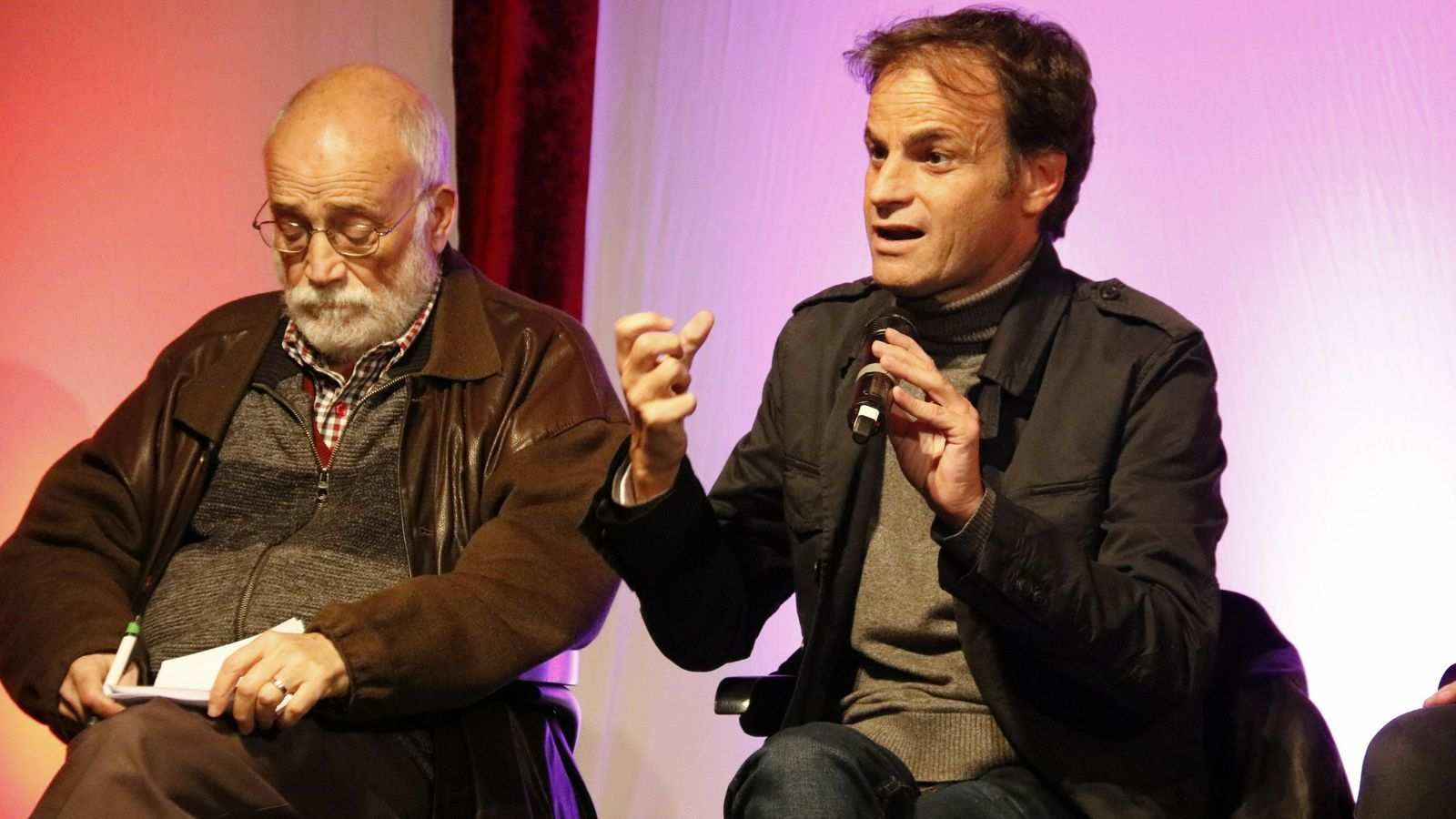 El candidat d'En Comú Podem, Jaume Asens, i l'activista Arcadi Oliveres en un acte al Teatreneu de Gràcia aquest divendres