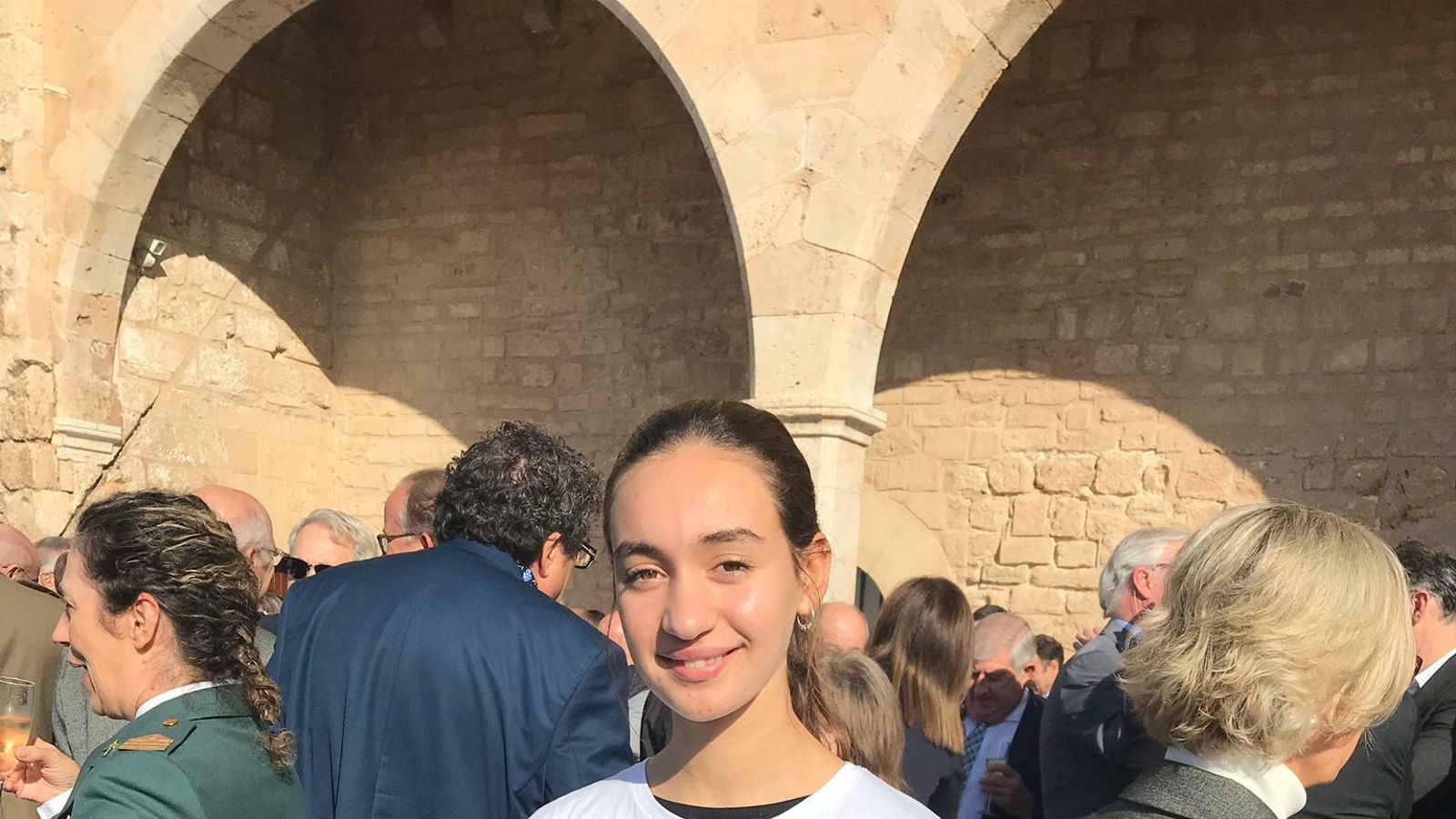 Una alumna de l'IES Porreres porta a l'acte de la Constitució la camiseta feminista que va denunciar l'extrema dreta