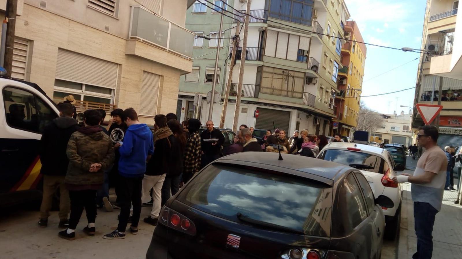 Imatge dels veïns i els activistes fora de l'habitatge del carrer Onofre de Palma.