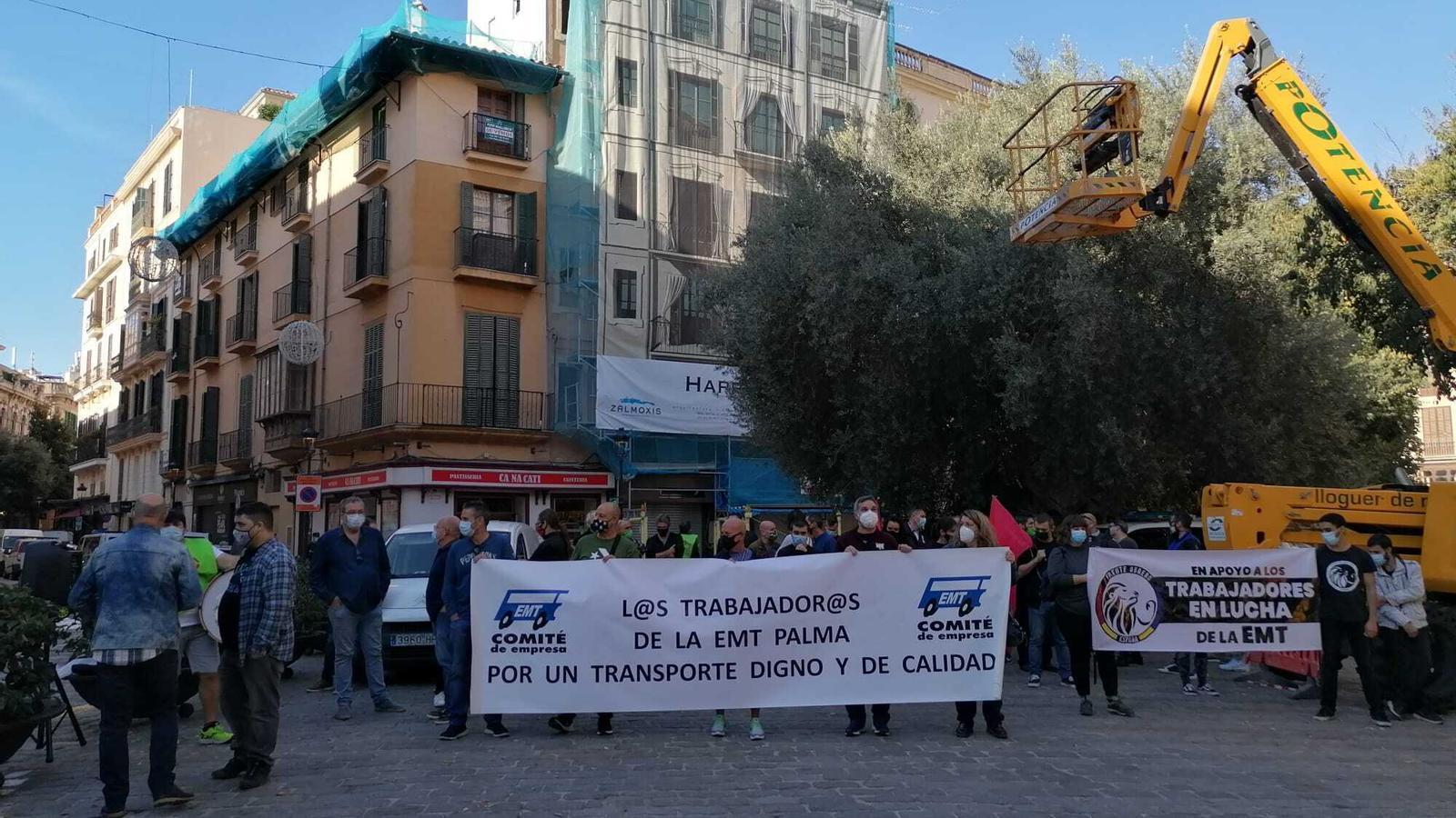 Els treballadors concentrats a la plaça de Cort.