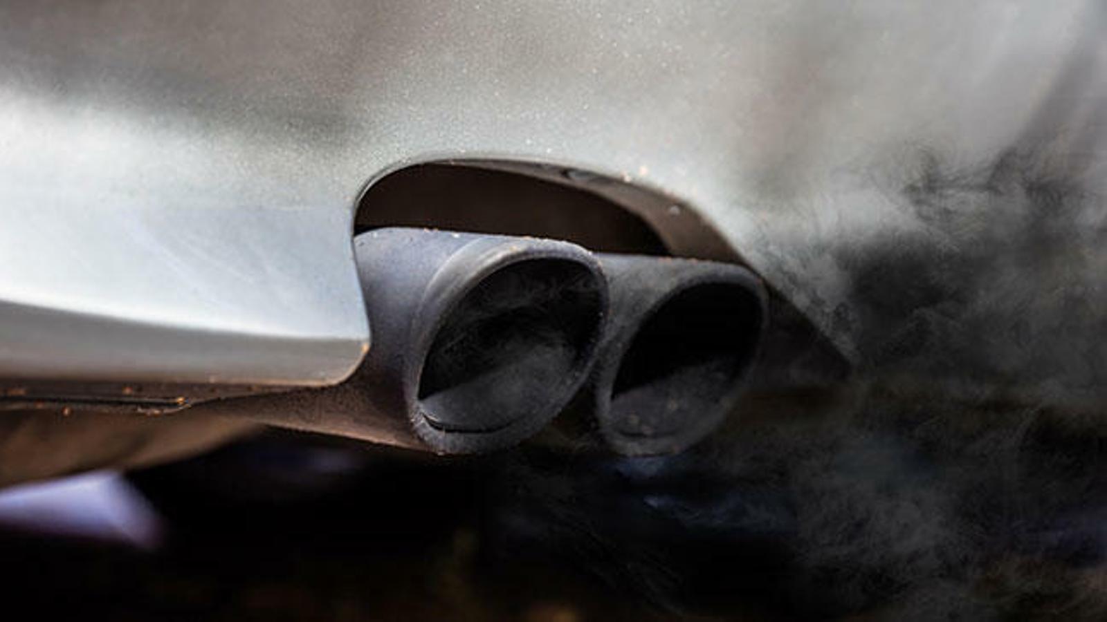 El tub d'escapament d'un cotxe diesel.