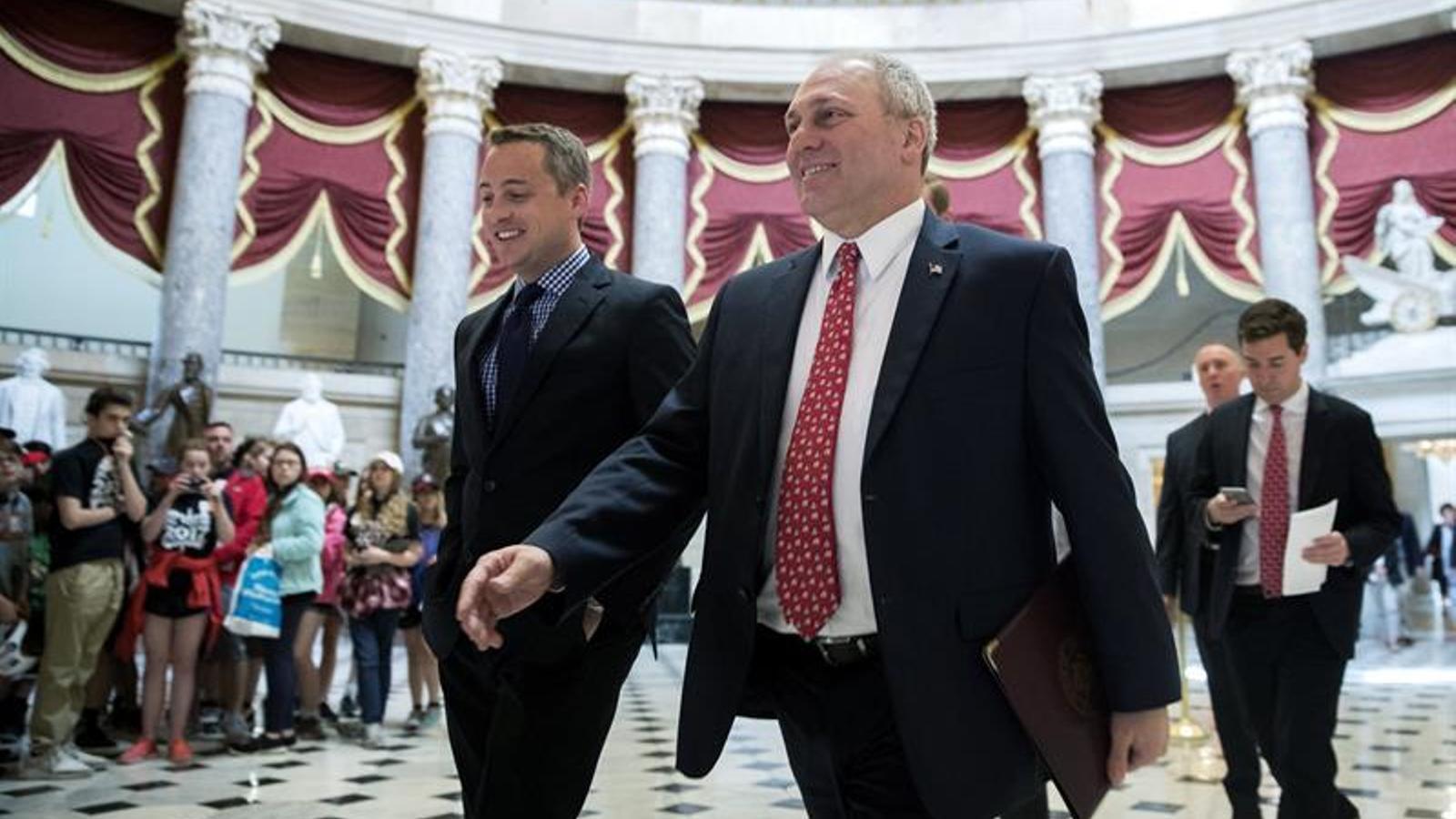 El congressista republicà Steve Scalise  travessa una sala del Capitoli, a Washington, abans de la votació per derogar l'Obamacare a la Cambra de Representants dels Estats Units