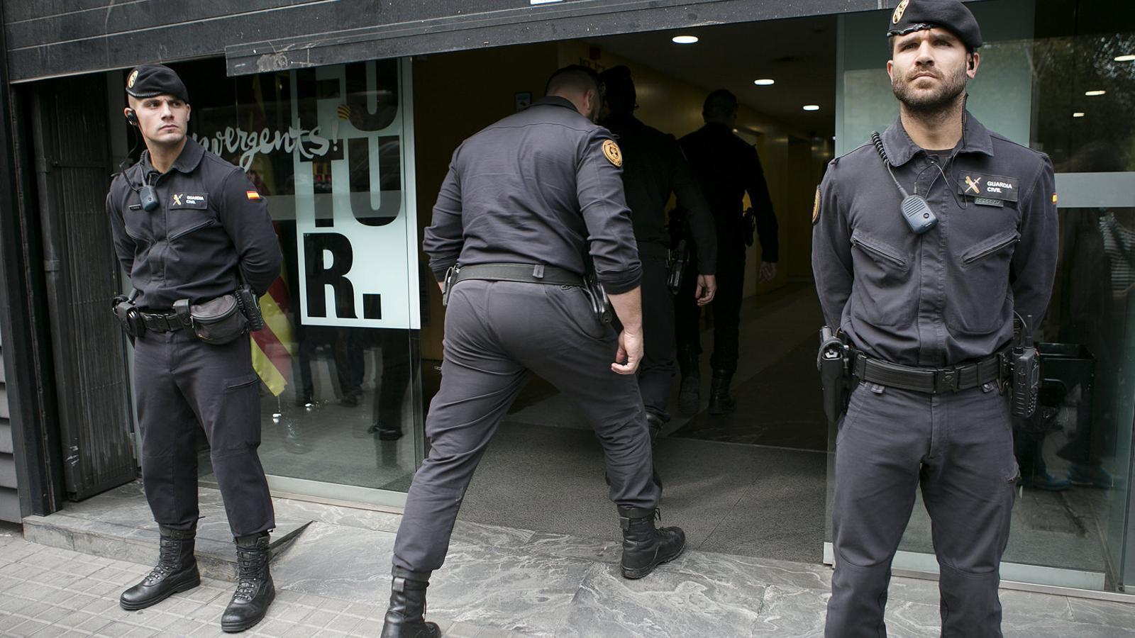 Imatge de l'escorcoll de la Guàrdia Civil a la seu de CDC arran del cas 3% que instrueix l'Audiència Nacional.