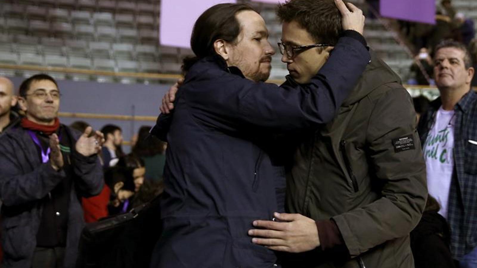 Iglesias intenta fer un petó a Errejón després d'abraçar-se a Vistalegre 2. EFE