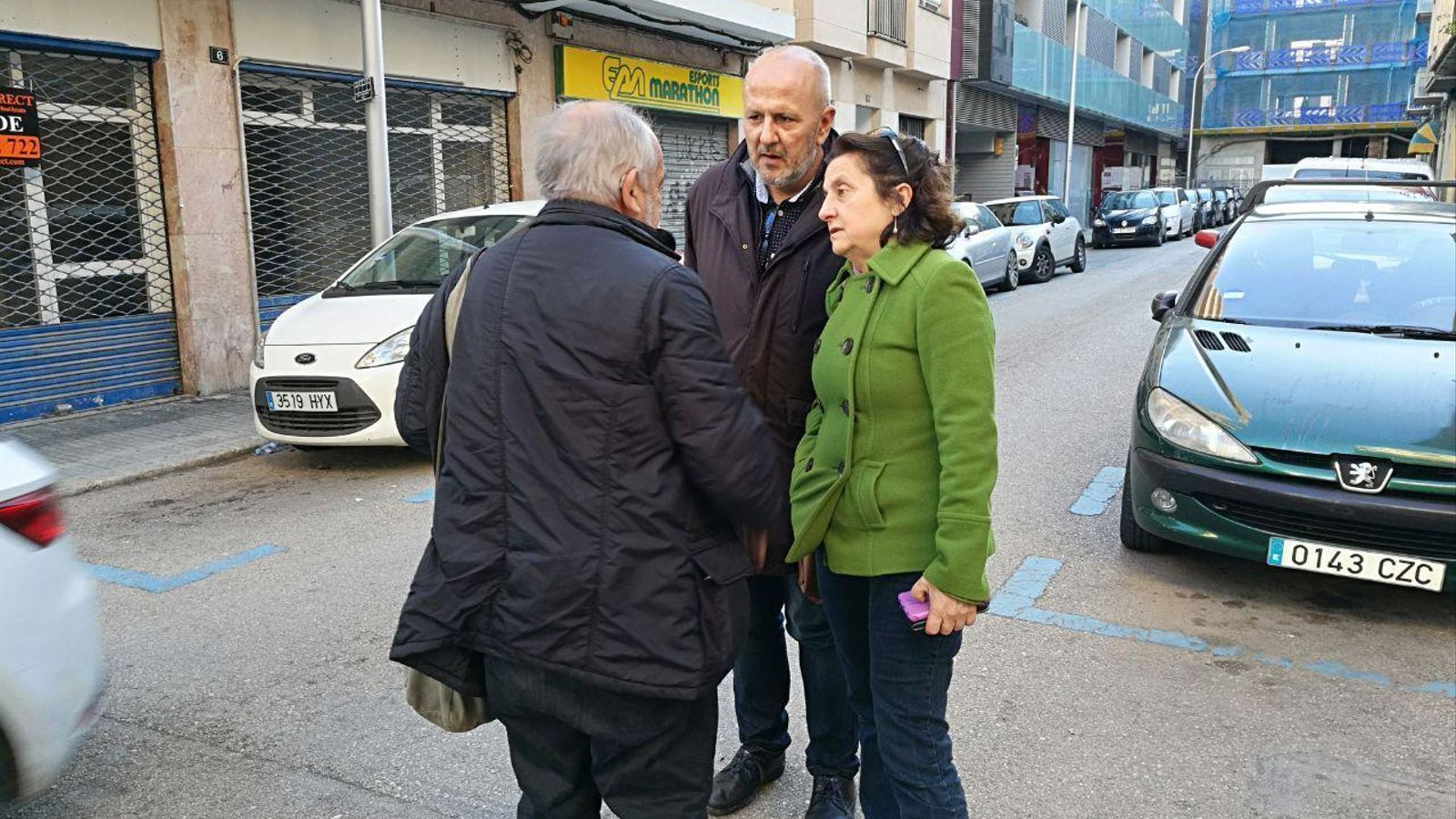 Ensenyat i Santiago conversen amb el sociòleg Antoni Tarabini abans d'entrar al Consell Polític de MÉS per Mallorca.