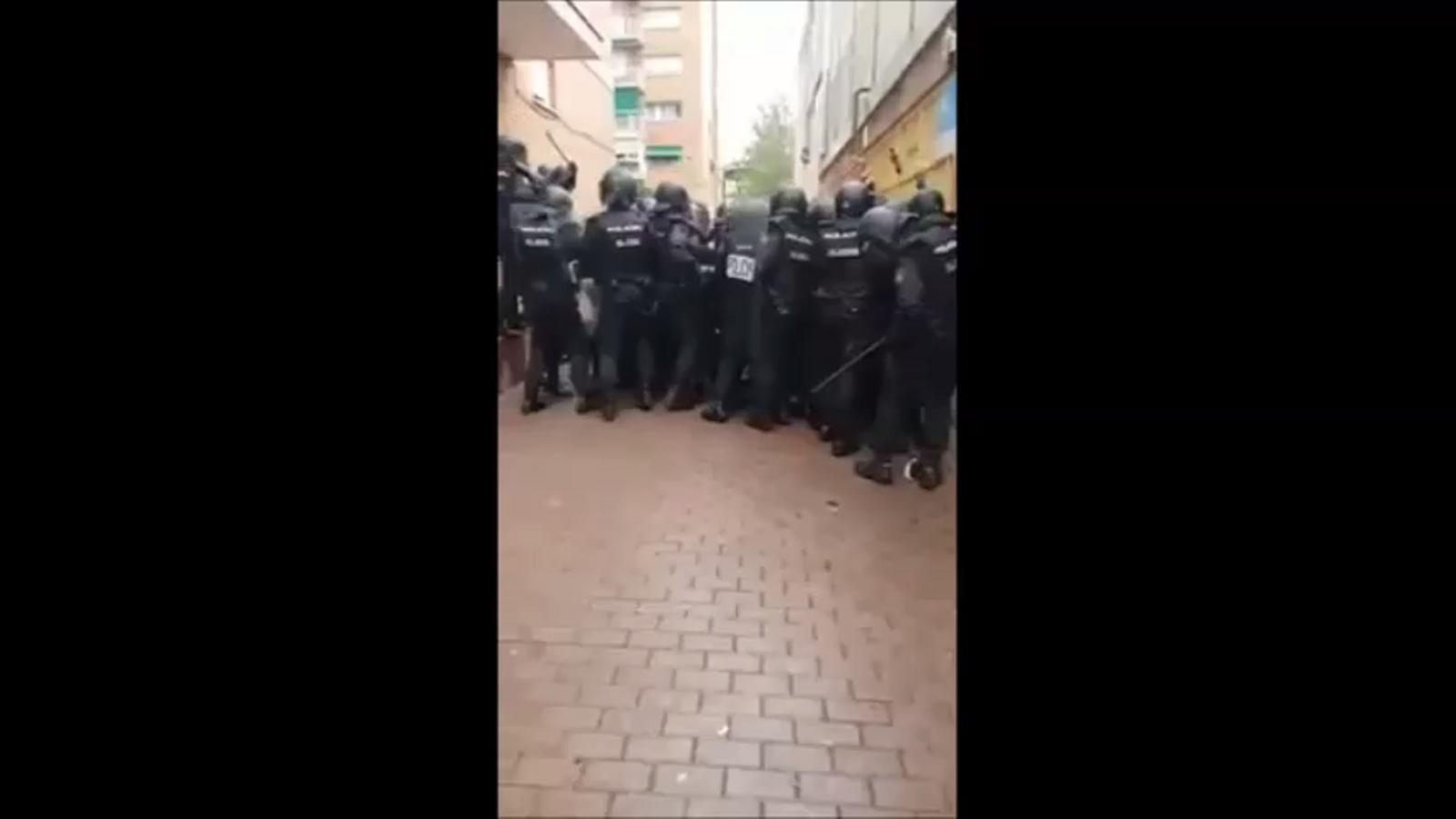 Policies nacionals colpejant la gent que els impedia el pas a l'escola Àgora de Barcelona l'1-O