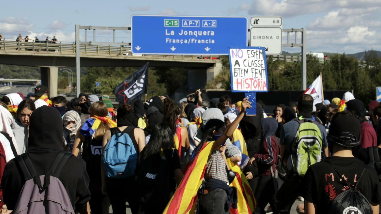 Manifestants tallen l'autopista a Sant Gregori aquest dimarts