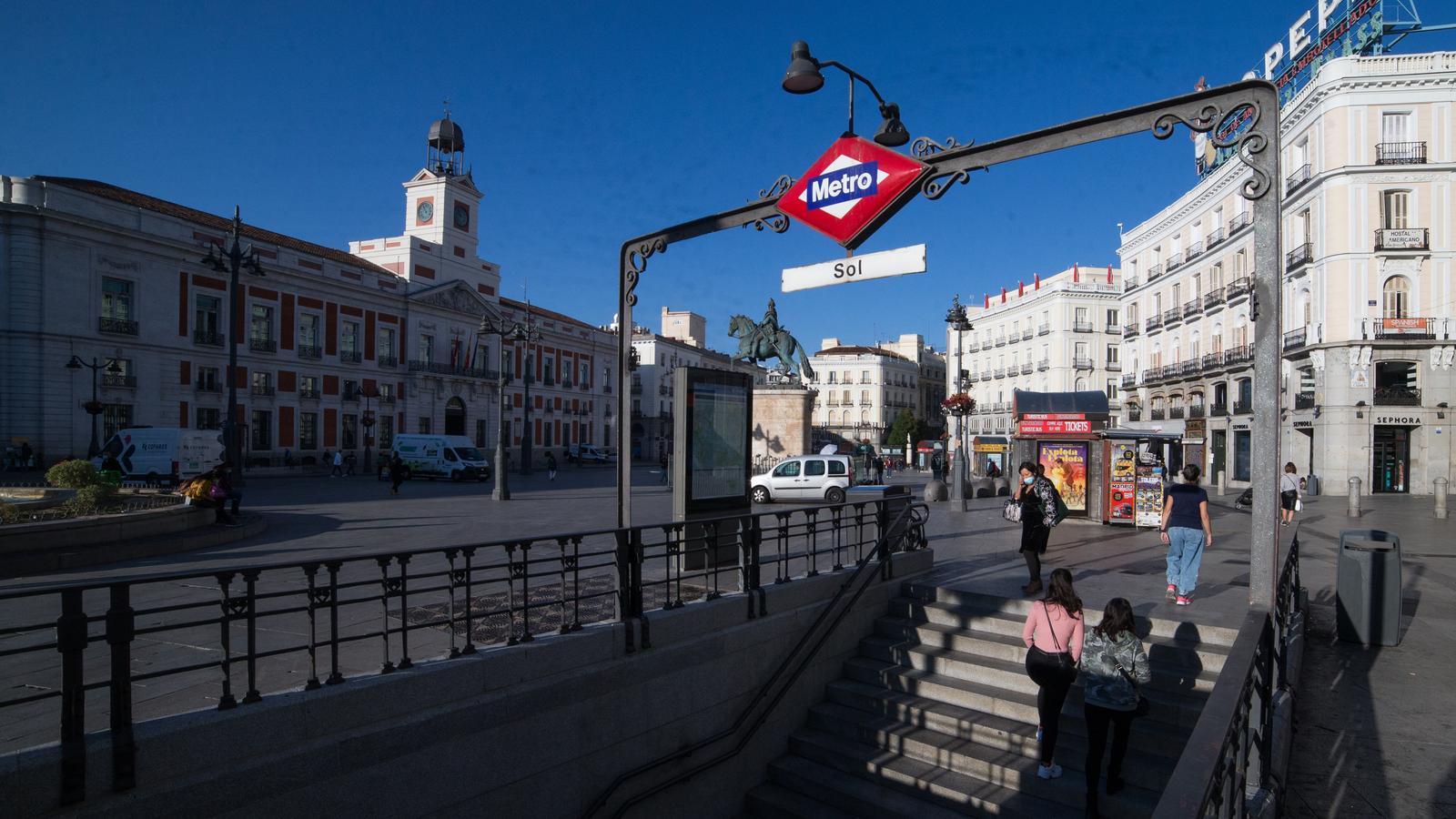 Sortida del metro de Sol a Madrid.
