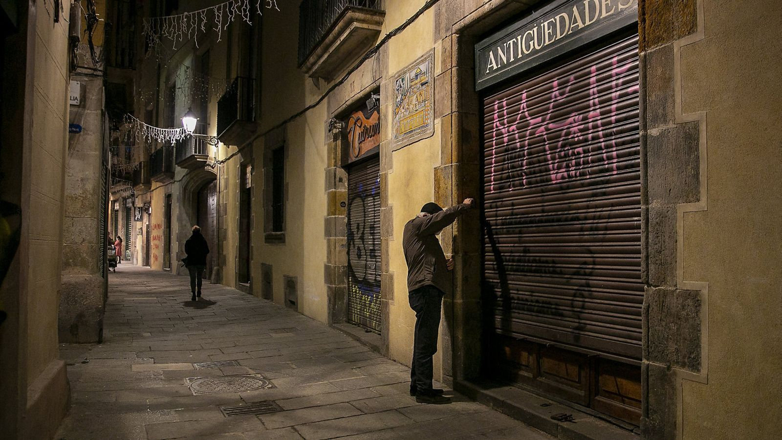 Els comerços de Barcelona funcionen a mig gas per les restriccions.