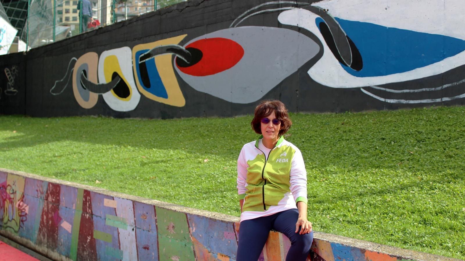L'artista Mercè Ciaurriz davant del mural 'Vincles'. / T. N. (ANA)
