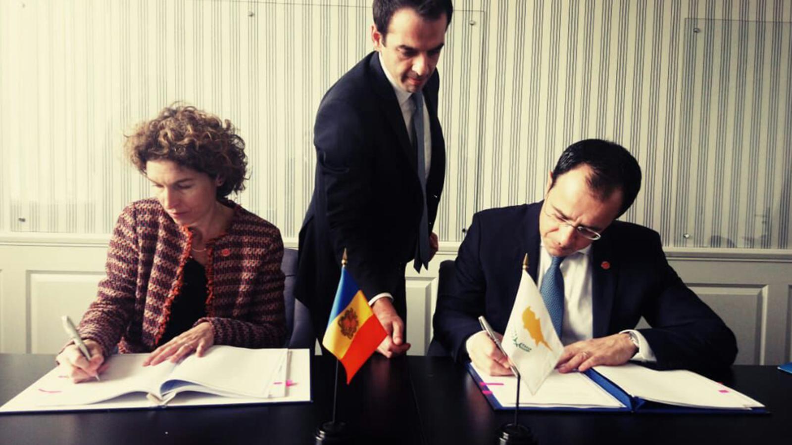 La miniustra d'Afers Exterios, Maria Ubach, signa amb el seu homòleg de Xipre, Nikos Christodoulides, el conveni per evitar la doble imposició. / SFG