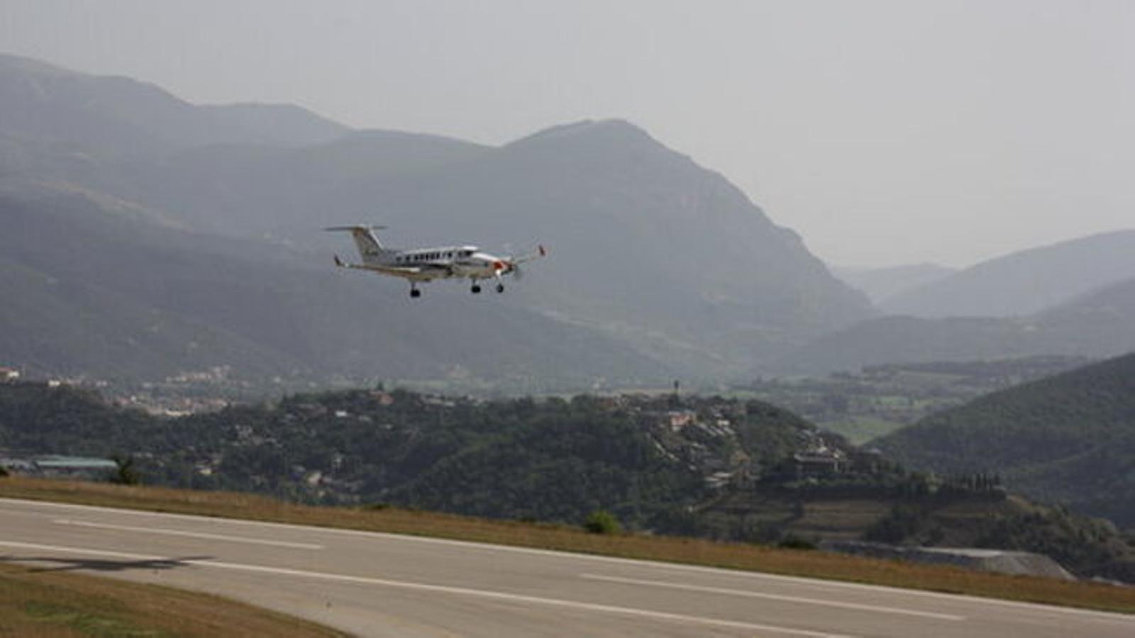 Un avió fent proves a l'aeroport d'Andorra-la Seu