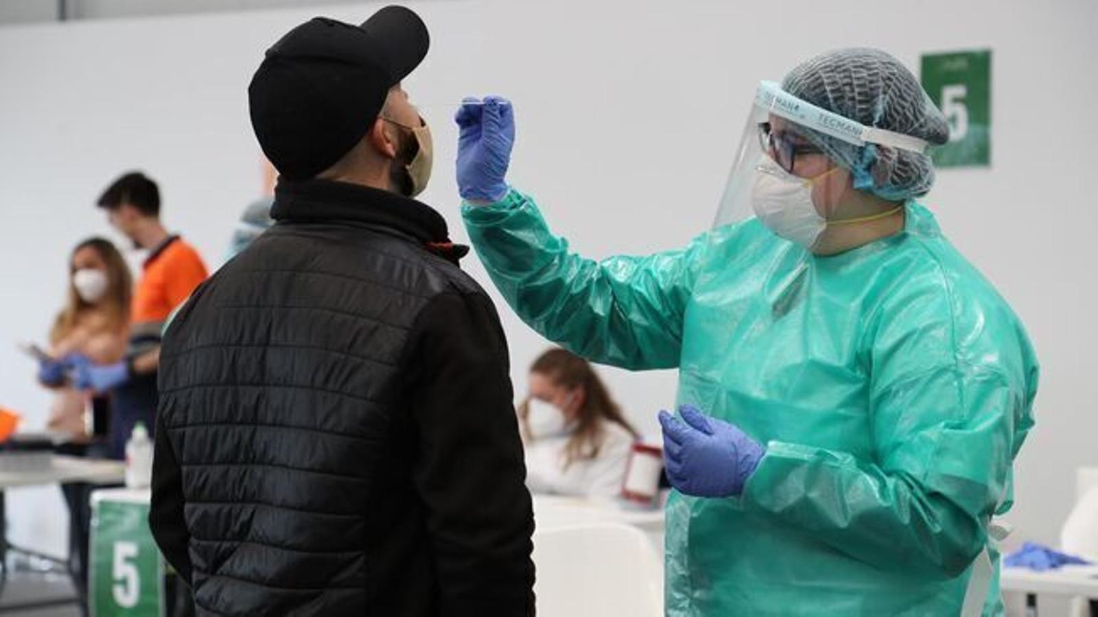 Personal sanitari fent la prova a un veí de la zona. / I. VELÁZQUEZ