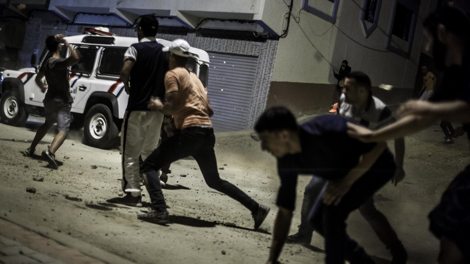 Joves d'Alhucemas llancen pedres contra la policia.