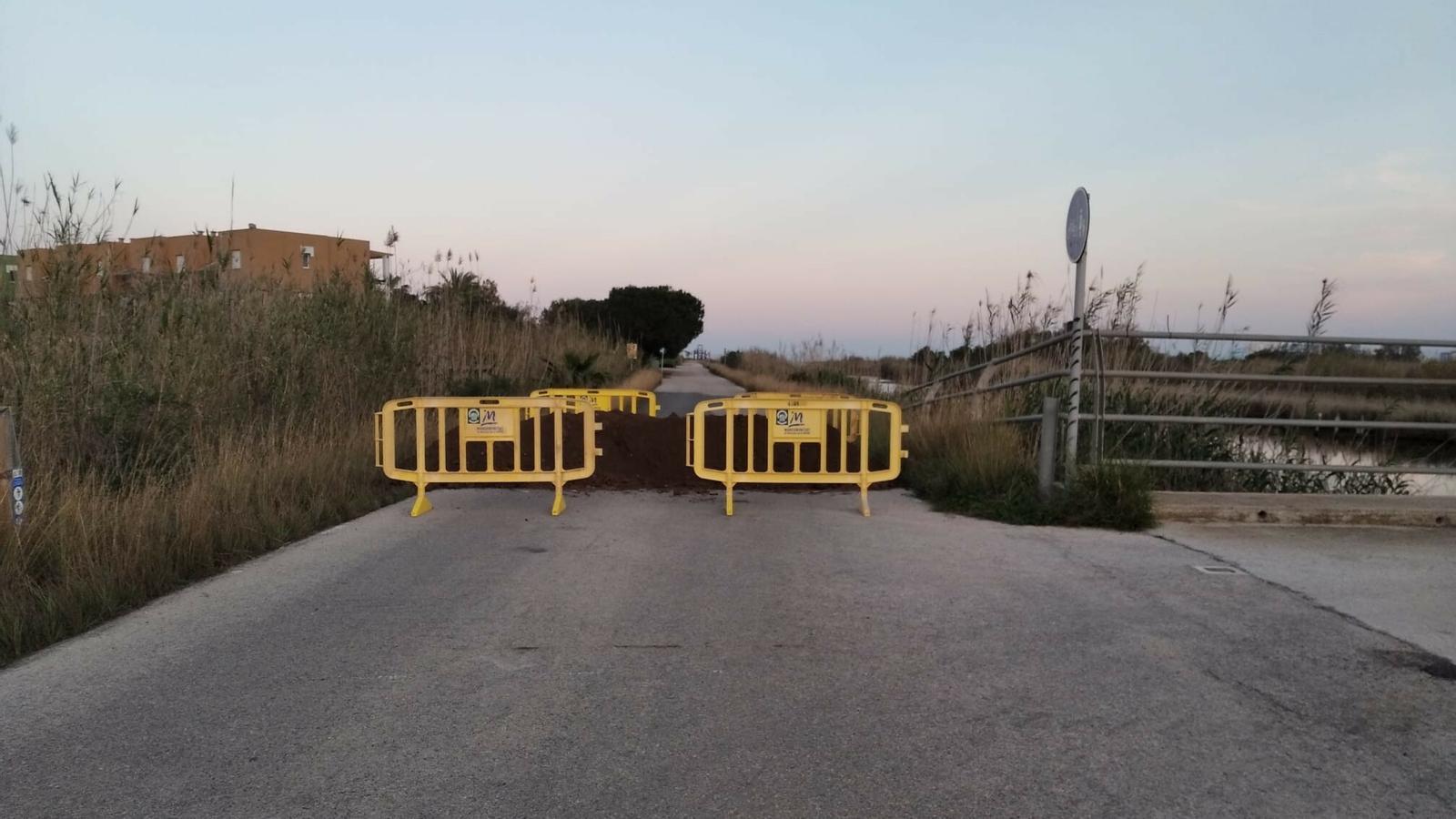 Un mur de terra a un camí secundari per evitar l'accés a les zones de platja i segones residències