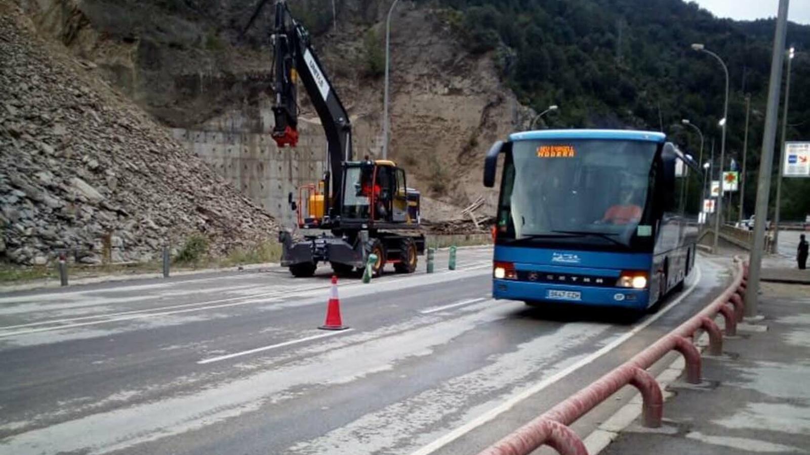 Autobusos passant per la CG1 aquest dilluns al matí. / ARA ANDORRA