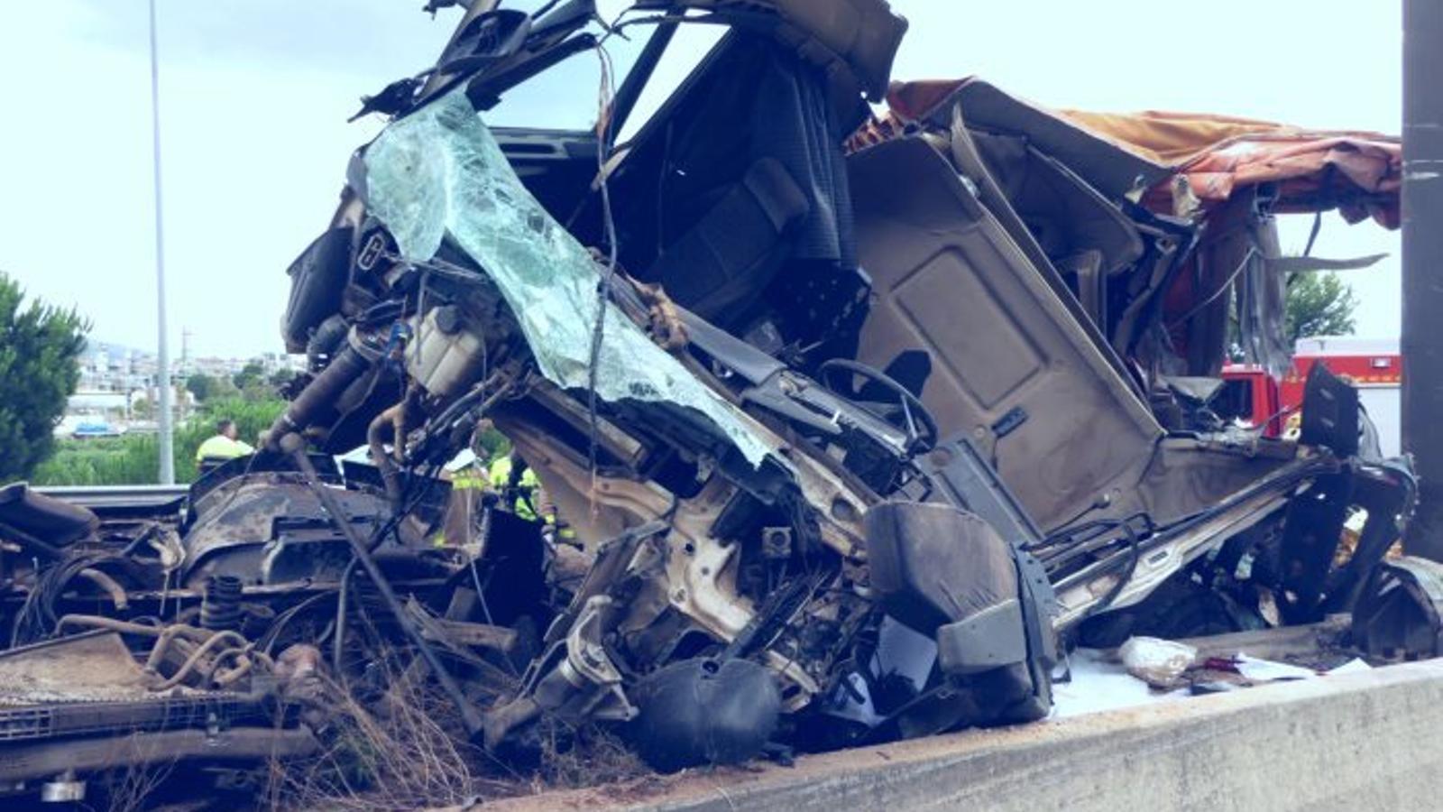 La cabina del camió va impactar contra una biga d'un panell informatiu