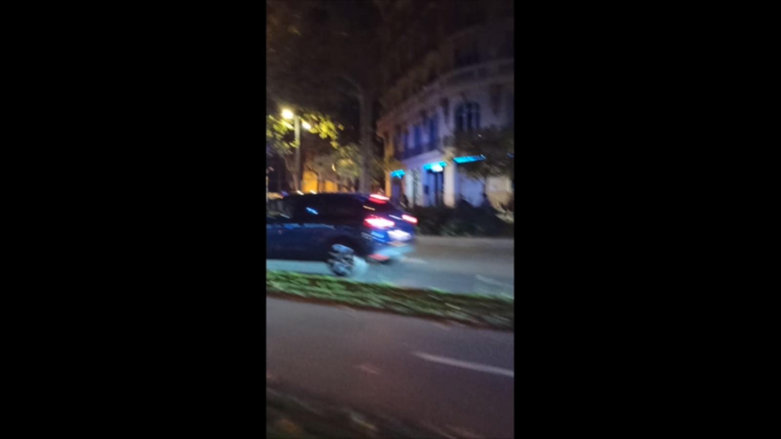 El cotxe de la Guàrdia Urbana on hi ha els agents que han disparat un home