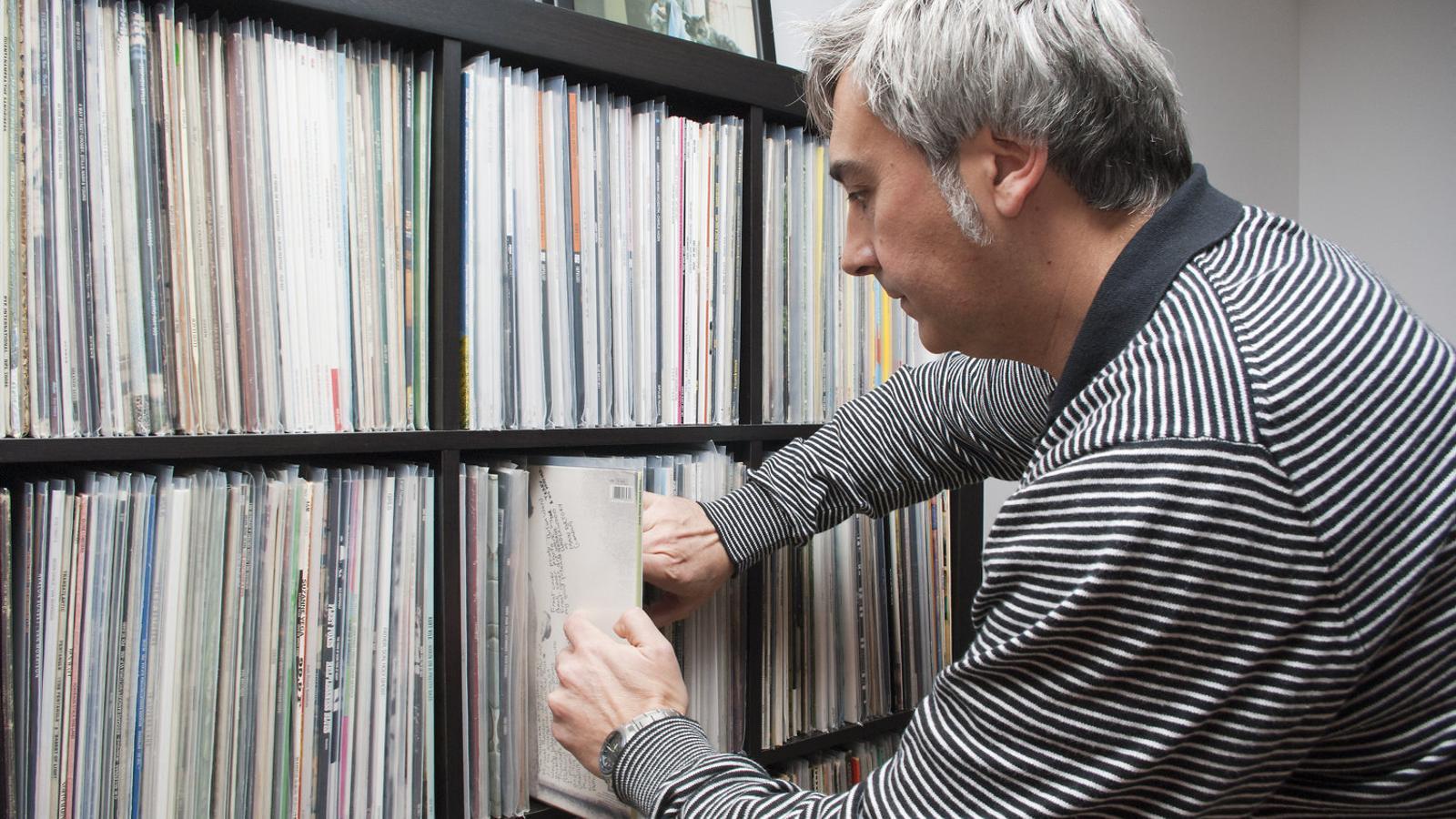 COL·LECCIONS   El col·leccionista de Muro Biel Ferriol davant la seva prestatgeria de discos.