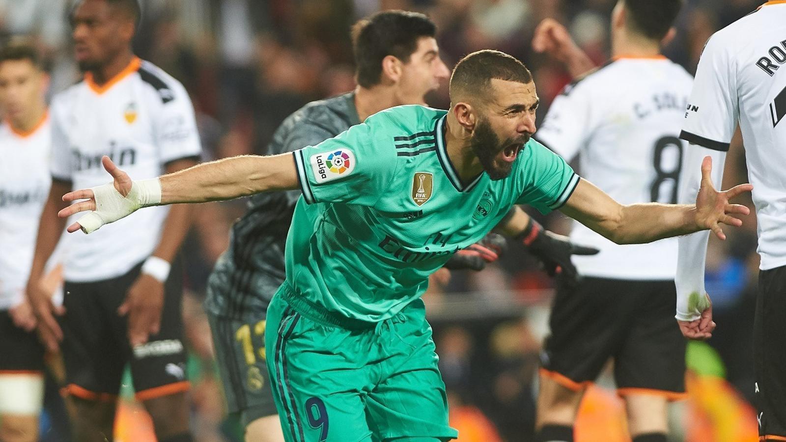 Benzema, celebrant el gol del Madrid a Mestalla al minut 95